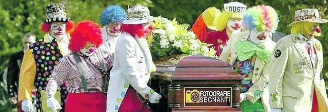 C'è un'azienda di onoranze funebri che ride della morte: «Sdrammatizziamo...»