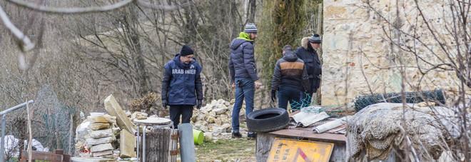 I carabinieri della scientifica sul luogo del delitto