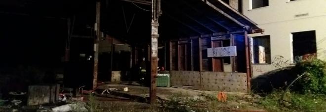 Carta in fiamme, incendio in un  capannone industriale