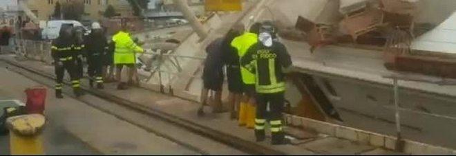 Yacht si ribalta nel porto di Genova: evacuate le persone a bordo. Ci sono feriti