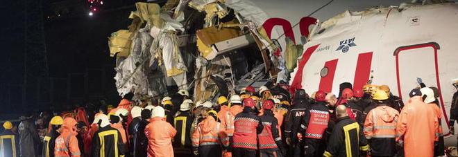 Aereo si spezza a Istanbul, ipotesi malore: «Il secondo pilota ha un tumore al cervello»
