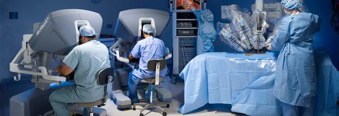 Robot chirurgo salva la vita a un uomo, eccezionale intervento in ospedale: è la prima volta al mondo