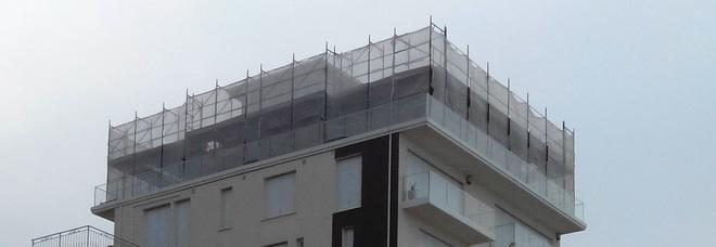 Porto San Giorgio, stop ai lavori all'ex Hotel dei Pini: sigilli all'ottavo piano