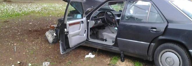 Sbanda con la Mercedes e si schianta contro un cantiere: morto l'autista