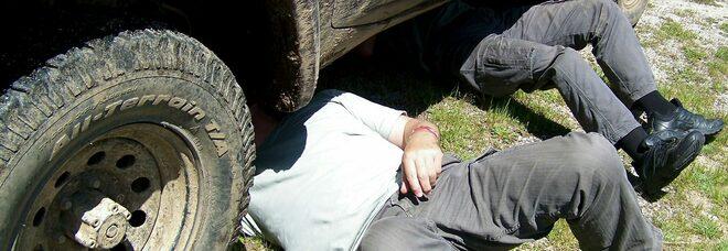 Cede il cric e resta schiacciato dalla sua auto mentre fa una riparazione, uomo in gravi condizioni
