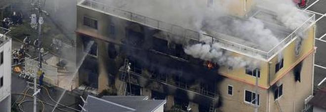 Uomo dà fuoco nello studio dei manga a Kyoto: almeno 25 morti. Un testimone: «Ha gridato avete copiato il mio lavoro»
