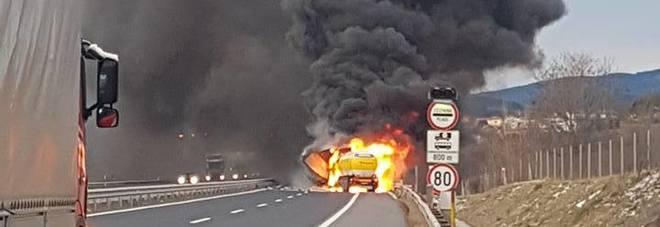 Tamponamento, il camion cisterna prende fuoco Autista carbonizzato