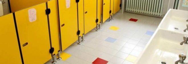 Sesso nei bagni della scuola tra compagni di classe: maestre nei guai