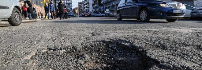 Fora la gomma in una buca a Roma: primo risarcimento