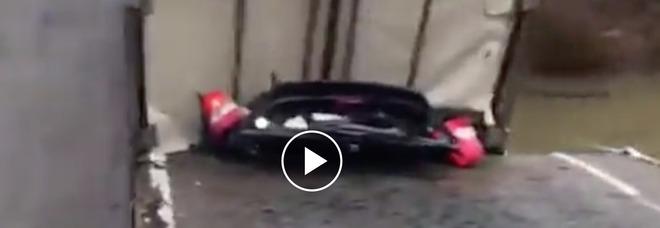 Il ponte crolla al passaggio del tir, auto schiacciata: un morto tra le lamiere VIDEO
