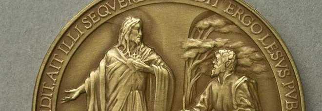 Medaglia commemorativa primo anno pontificato Francesco sbagliata