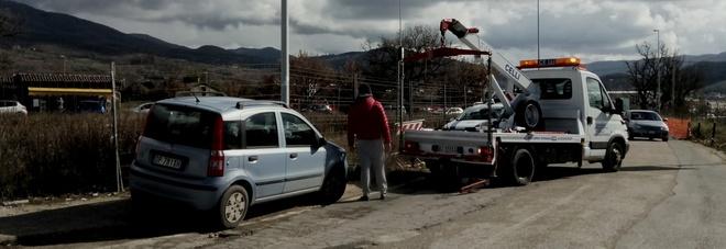 La rimozione di una delle auto (Foto Meloccaro)