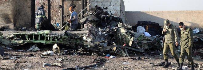Aereo caduto in Iran, Rohani ammette: abbattuto con un missile per errore. I pasdaran: «Colpa di un soldato frettoloso»