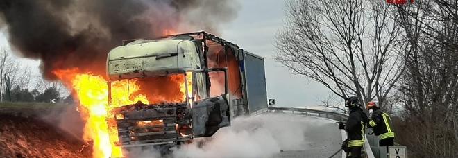 Camion avvolto dalle fiamme: momenti di terrore lungo la strada provinciale