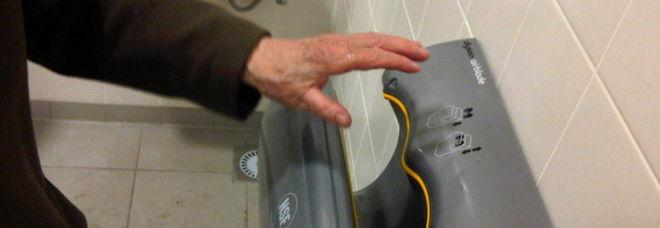 L'asciugamani a getto d'aria è pericoloso: «Una culla di batteri». Ecco cosa si rischia
