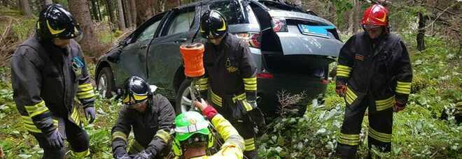 Fa retromarcia finisce con l'auto nel burrone: sopravvissuta a un volo di 50 metri