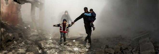 Gli effetti dei raid aerei condotti da lunedì dal regime siriano sulla roccaforte ribelle della Ghouta orientale