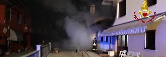 Casa a fuoco, mamma e figlie in salvo: poi la 46enne rientra, cade e muore
