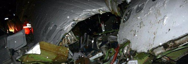 Aereo di linea precipita con 65 persone a bordo, solo uno si salva: aveva fatto tardi all'imbarco