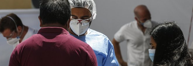 Coronavirus a Roma, sul volo dal Qatar con i bengalesi 5 passeggeri positivi tra i 97 autorizzati a sbarcare
