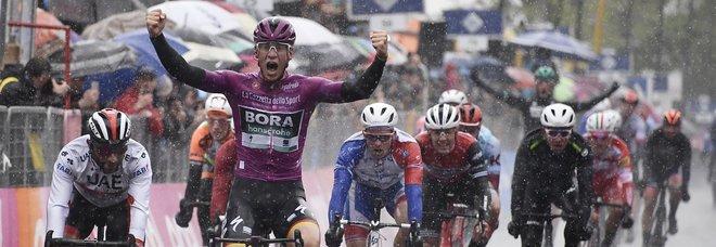 Giro d'Italia, Demare batte Viviani allo sprint di Modena