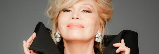 Amanda Lear: «Sono stata con molti uomini. Con David Bowie litigavamo per il fondotinta»