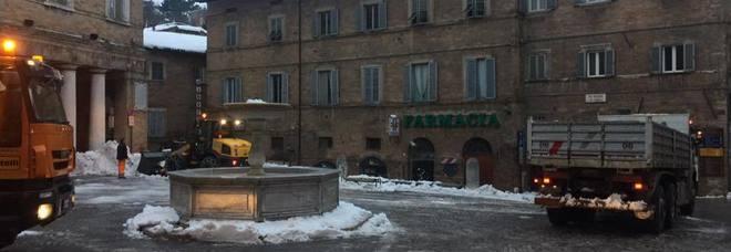 Urbino imbiancata e si aspetta ancora neve Domani chiuse tutte le scuole