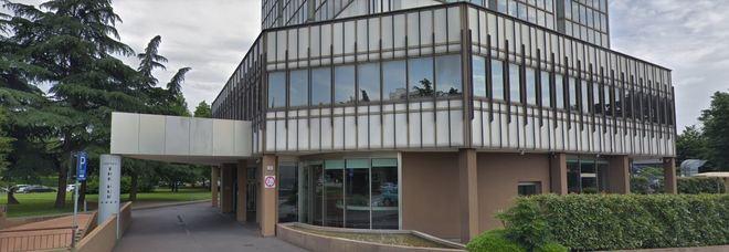 Commando armato irrompe in hotel 4 stelle: via bancomat e contanti