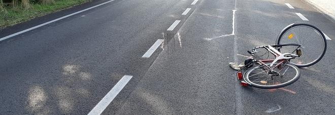 Tampona donna in bicicletta: rovina  sull'asfalto, d'urgenza in ospedale