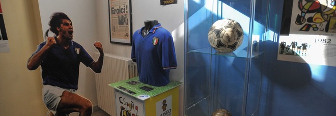 Le maglie di Pelè, Maradona e Falcao in mostra al museo del calcio internazionale a Ostia
