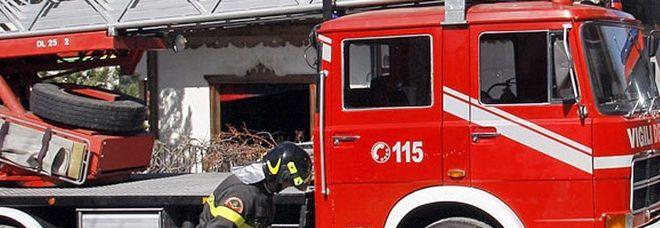 Fuoco nella cucina, appartamento in fiamme: salvati una mamma e i suoi 3 figli minorenni