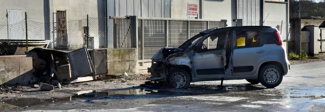 Schianto contro il contatore del metano, l'auto diventa una palla di fuoco