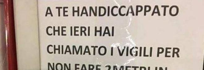 Multato per aver parcheggiato nel posto disabili, lascia cartello di insulti