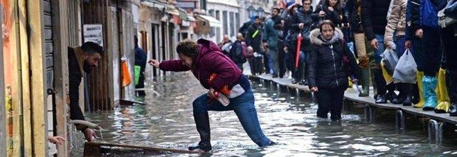 Acqua alta a Venezia, il sindaco Brugnaro: «Danni per un miliardo di euro»