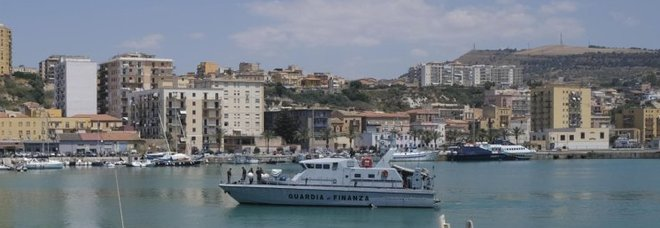 Migranti, navi marina e Gdf a difesa dei porti: radar e aerei per controllare partenze
