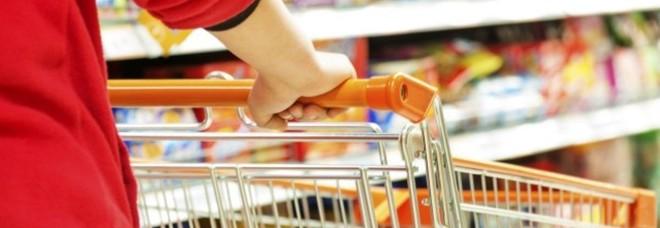 Razzia di cioccolatini in un supermercato, denunciati marito e moglie
