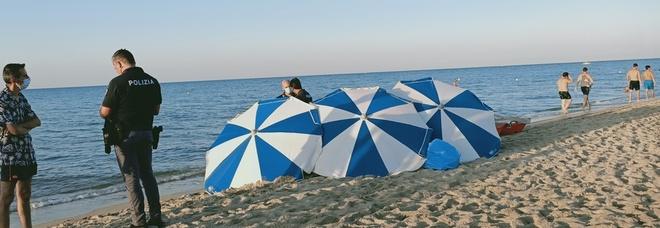 Va in spiaggia con gli amici e muore tra gli ombrelloni