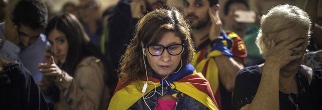 Catalogna, in 450 mila in piazza contro Madrid. Puigdemont: «Come ai tempi di Franco» Video Rajoy destituisce governo catalano