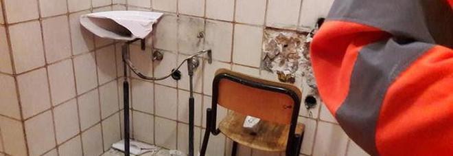 Entrano in una scuola per rubare tubi e rubinetti e devastano i bagni: arrestato un ladro, altri in fuga