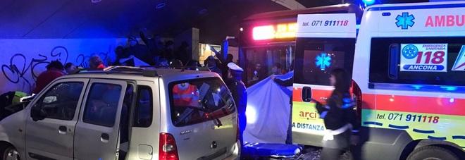 Con l'auto sulla fermata-bus: muore il conducente, un ferito è gravissimo