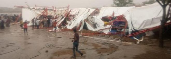 Crolla tendone alla festa religiosa: 14 morti e 50 feriti in India