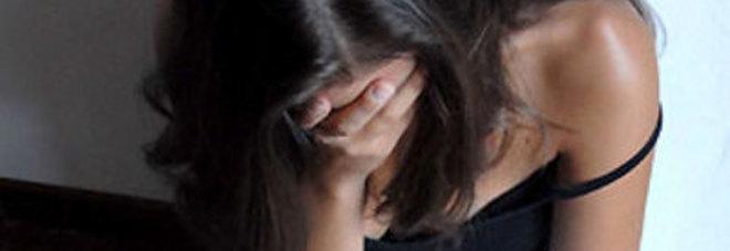 Violentata da tre uomini, la riprendono con il cellulare e le mandano un video...