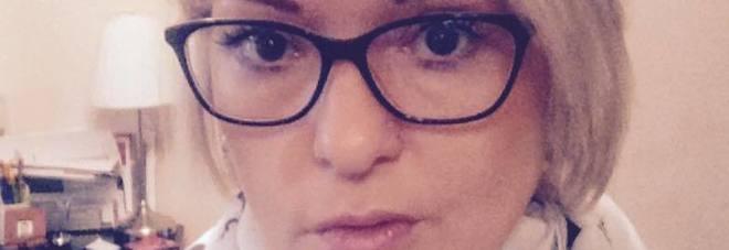 Mamma di 40 anni muore schiacciata dalla saracinesca del garage: «La testa si è incastrata»