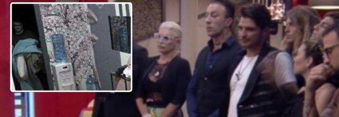 Grande Fratello, blitz in diretta della produzione nella Casa: «Questi li sequestriamo...» (frame Mediaset)