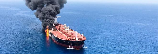 Attacco a petroliere, l'equipaggio: «Oggetti volanti, poi l'esplosione»