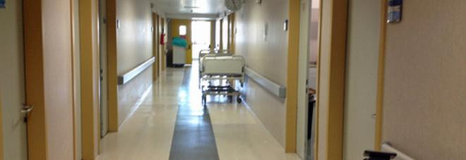 Va in ospedale da moglie e figlio, si accascia su una sedia e muore