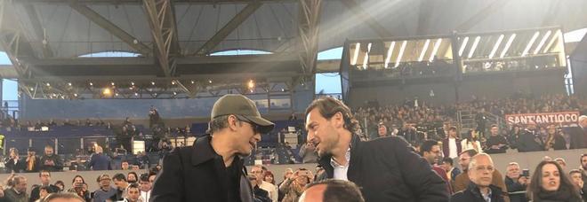 Fiorello, l'interista che non t'aspetti in tribuna per Roma-Juve: saluto a Francesco Totti