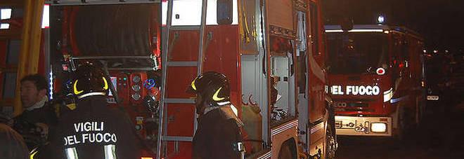 Bombole di gpl in fiamme, crolla il solaio: evacuata la casa