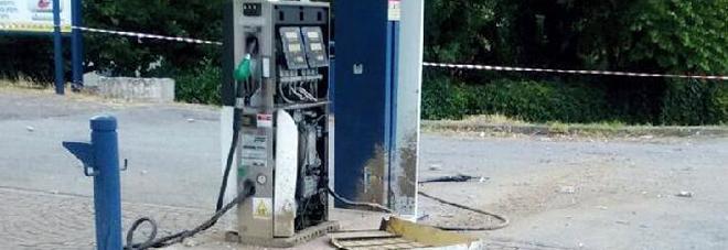 Fugge all'alt in auto e rischia di far saltare in aria il distributore di benzina