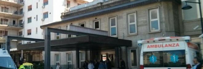 Palermo, getta la spazzatura dall'auto: rimproverato da un operaio fa retromarcia e lo investe